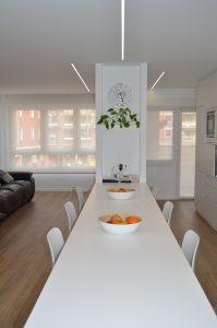 mesa blanca grande en cocina
